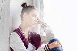 девочка подросток у окна задумалась печаль